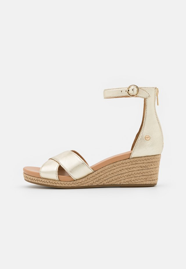 EUGENIA - Sandalen met sleehak - gold metallic