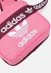 adidas Originals - SLING BAG UNISEX - Bandolera - rose tone/victory crimson/white - 4
