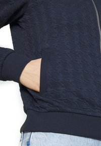 ONLY - ONLMYNTHE JOYCE - Sweater met rits - navy blazer - 5