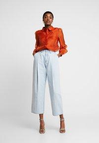 Vero Moda - VMAVA ORGANZA - Button-down blouse - Košile - cinnamon stick - 1