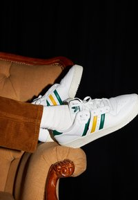 adidas Originals - RIVALRY SPORTS INSPIRED SHOES UNISEX - Sneakers laag - footwear white/collegiate green/gold - 2