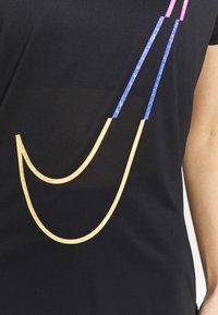 Nike Performance - W NK DRY TEE LEG ICON CLASH - T-shirt print - black - 4