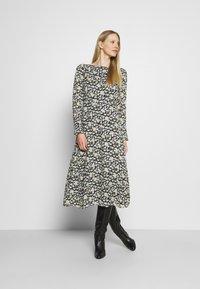 Marc O'Polo - DRESS FEMININE STYLE - Denní šaty - multi - 0