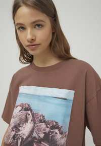 PULL&BEAR - T-shirt con stampa - mottled brown - 3