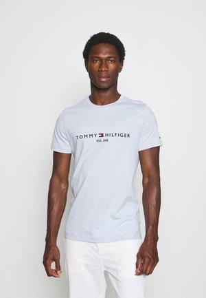 LOGO TEE - T-shirt med print - breezy blue