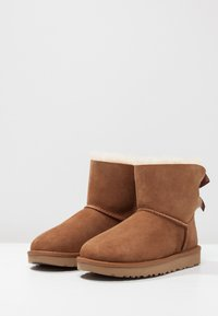 UGG - MINI BAILEY BOW - Stiefelette - chestnut - 6