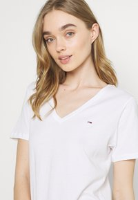 Tommy Jeans - SOFT V NECK TEE - T-shirt - bas - white - 3