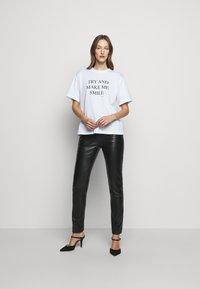 Victoria Victoria Beckham - DRAINPIPE TROUSER - Pantalon en cuir - black - 3