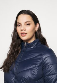 Vero Moda Curve - VMSORAYASIV SHORT JACKET CURVE - Light jacket - navy blazer - 3
