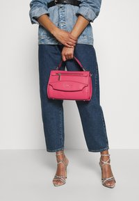 Guess - LIAS TOP HANDLE FLAP - Handbag - pink - 1
