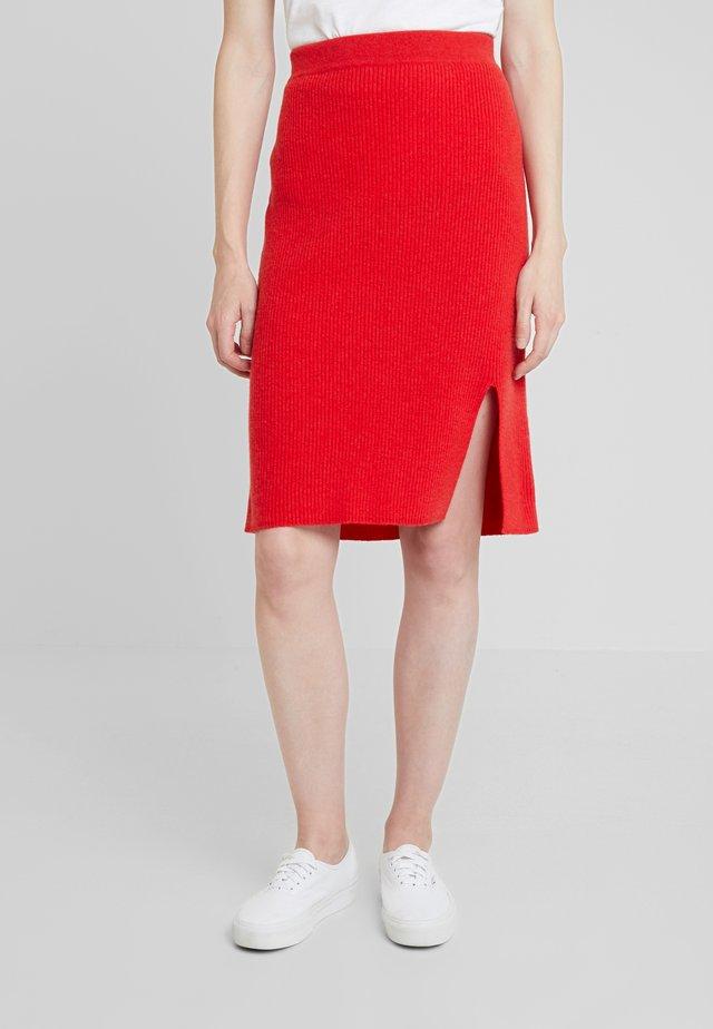 Pouzdrová sukně - lipstick red