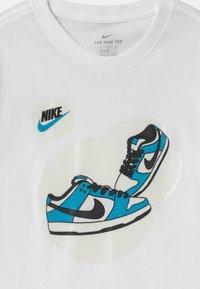 Nike Sportswear - DUNK BUBBLE UNISEX - Print T-shirt - white - 2