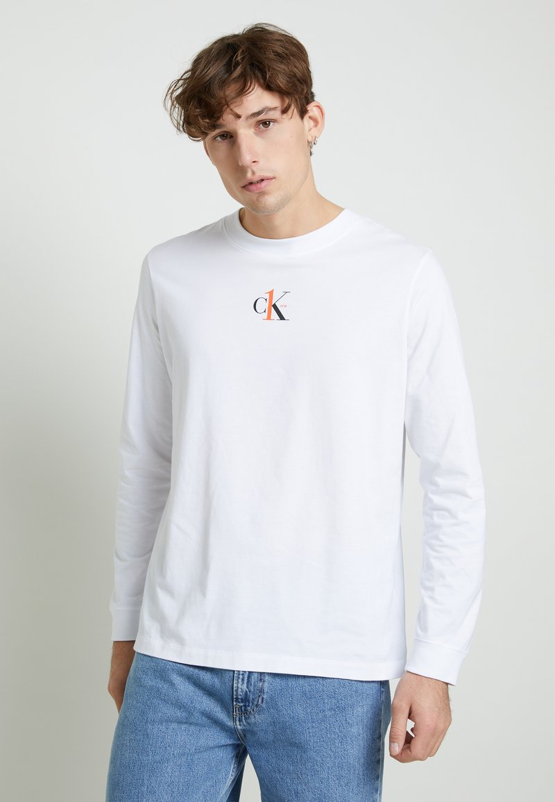 Calvin Klein Jeans - BACK GRAPHIC UNISEX - Long sleeved top - bright white