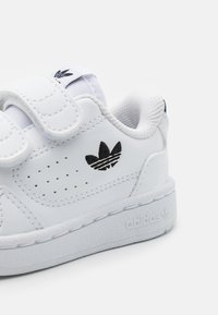 adidas Originals - NY 90 UNISEX - Sneakers basse - footwear white/core black - 5