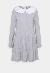 Pieces Petite - PCHYLLA DRESS - Sukienka z dżerseju - light grey melange/white - 0