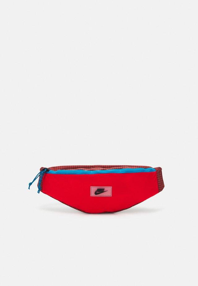 HERITAGE HIP PACK UNISEX - Ledvinka - chile red/dark cayenne/black