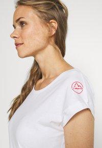 La Sportiva - CHIMNEY  - Print T-shirt - white/hibiscus - 3