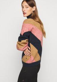 Victoria Victoria Beckham - OVERSIZED MOCK NECK JUMPER - Sweter - multi coloured - 5