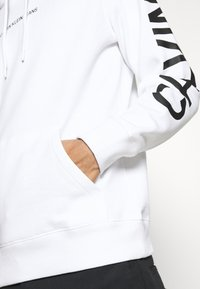 Calvin Klein Jeans - BOLD LOGO HOODIE - Felpa con cappuccio - bright white - 5