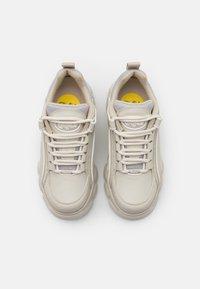 Buffalo - VEGAN QUIANA - Sneakersy niskie - cream/grey - 5