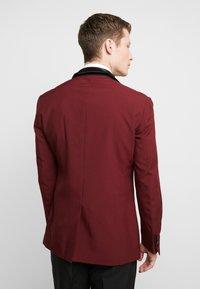 OppoSuits - HOT TUXEDO - Kostuum - burgundy - 3