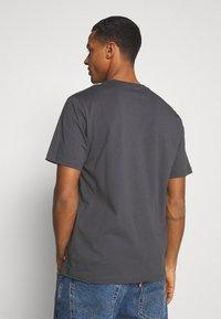 Levi's® - RELAXED FIT TEE - T-shirt z nadrukiem - blacks - 2