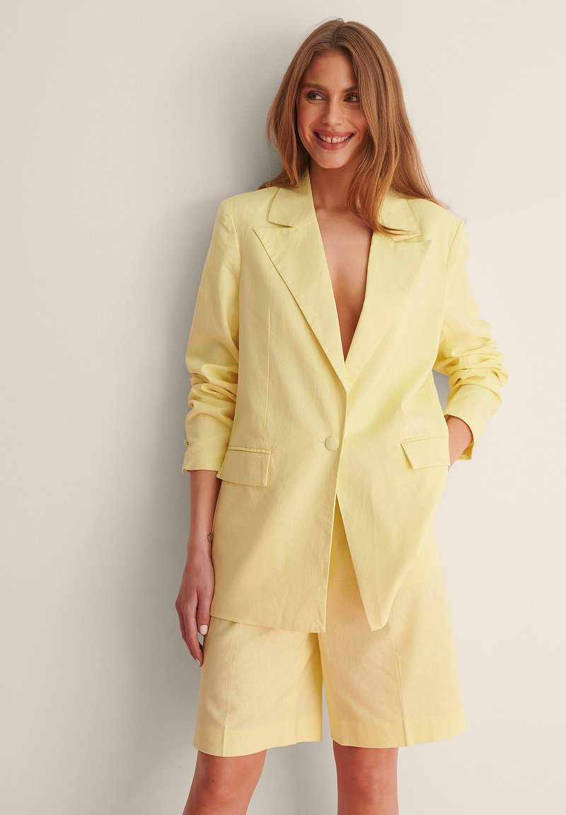 NA-KD - LINEN BLEND BLAZER - Manteau court - dusty yellow
