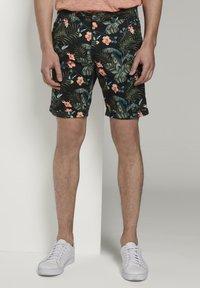 TOM TAILOR DENIM - TOM TAILOR DENIM HOSEN & CHINO GEMUSTERTE CHINO SHORTS - Shorts - colorful botanical print - 0