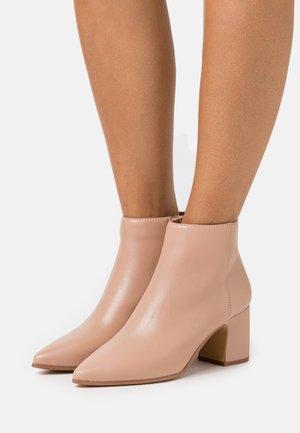 KISSA - Ankle boots - bone