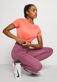 Nike Performance - TEE CREW - T-shirt basique - magic ember - 3