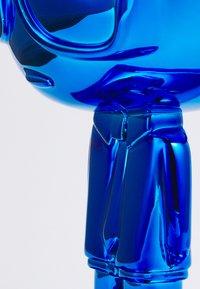 KARL LAGERFELD - IKONIK 3D KARL STATUE - Other accessories - metallic blue - 2