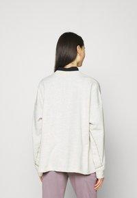 Nike Sportswear - CREW EARTH DAY - Sudadera - oatmeal heather/white - 2