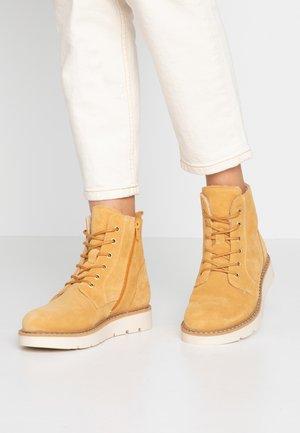 VMRIA BOOT - Botines con cordones - amber gold