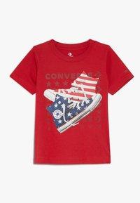 Converse - AMERICANA SHOES TEE - Print T-shirt - enamel red - 0