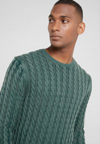 HKT by Hackett - CABLE CREW - Strikkegenser - dark green - 4