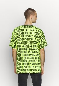 Cayler & Sons - CRITICALLY ACCLAIMED SEMI BOX TEE - T-shirts med print - volt/black - 2