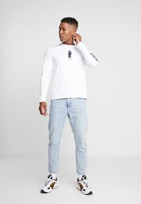 Levi's® - LEVI'S® X STAR WARS GRAPHIC TEE - Long sleeved top - vader black/white - 1