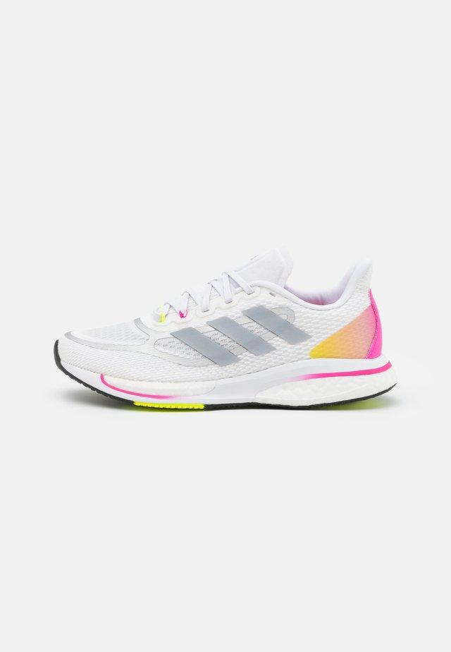SUPERNOVA +  - Hardloopschoenen neutraal - footwear white/halo silver/scream pink