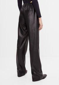 Bershka - MIT WEITEM BEIN - Pantalon classique - black - 2
