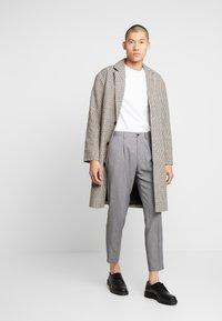 Isaac Dewhirst - TROUSER - Pantaloni - mid grey - 1