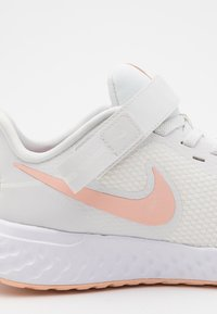 Nike Performance - REVOLUTION 5 FLYEASE - Juoksukenkä/neutraalit - summit white/washed coral/fire pink - 5