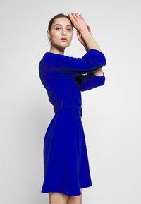 Wallis - V NECK BUCKLE DETAIL SHIFT DRESS - Kjole - cobalt - 3