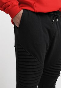 Urban Classics - PLEAT - Tracksuit bottoms - black - 3