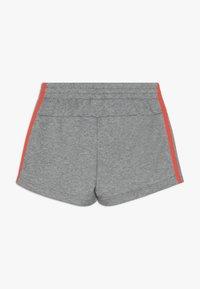 adidas Performance - GIRLS ESSENTIALS 3STRIPES SPORT 1/4 SHORTS - Sports shorts - mottled grey/coral - 1