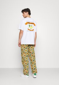 Jaded London - SUNFLOWER TAPESTRY WOVEN SKATE - Trousers - green/yellow - 2