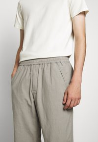 Folk - DRAWCORD ASSEMBLY PANT - Trousers - ash - 3