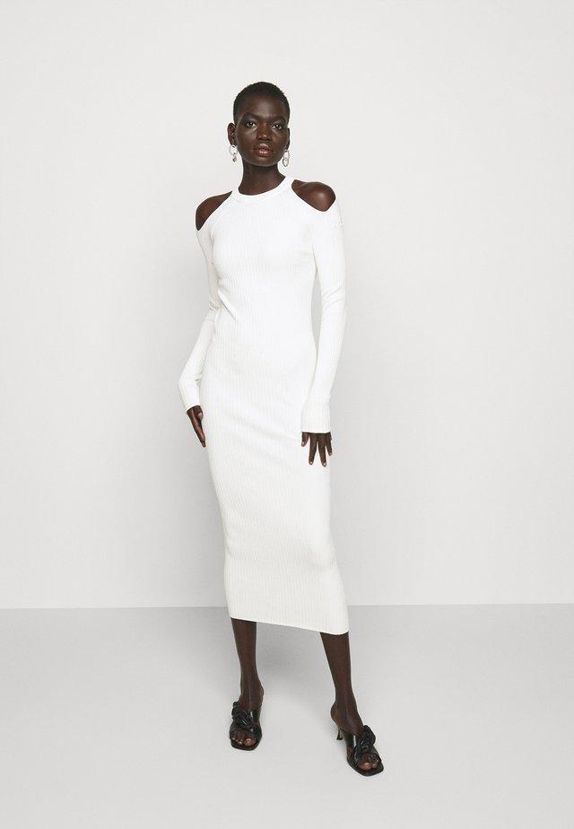 CUT OUT DRESS - Gebreide jurk - beige
