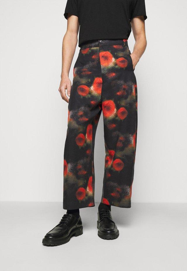 KEY PANTS ARTIST PRINT - Pantalon classique - black
