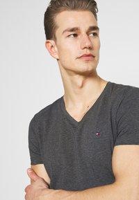 Tommy Hilfiger - STRETCH V NECK TEE - T-shirt - bas - black heather - 3