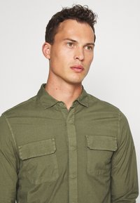 DOCKERS - SUSTAINABLE UTILITY - Shirt - green - 3